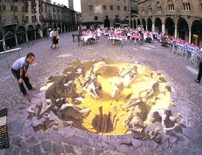 Американский художник Курт Веннер специализируется на трехмерных иллюзиях, которые создает на тротуарах. На снимке его композиция «Судный день», украшающая одну из улиц Мантуа, Италия.